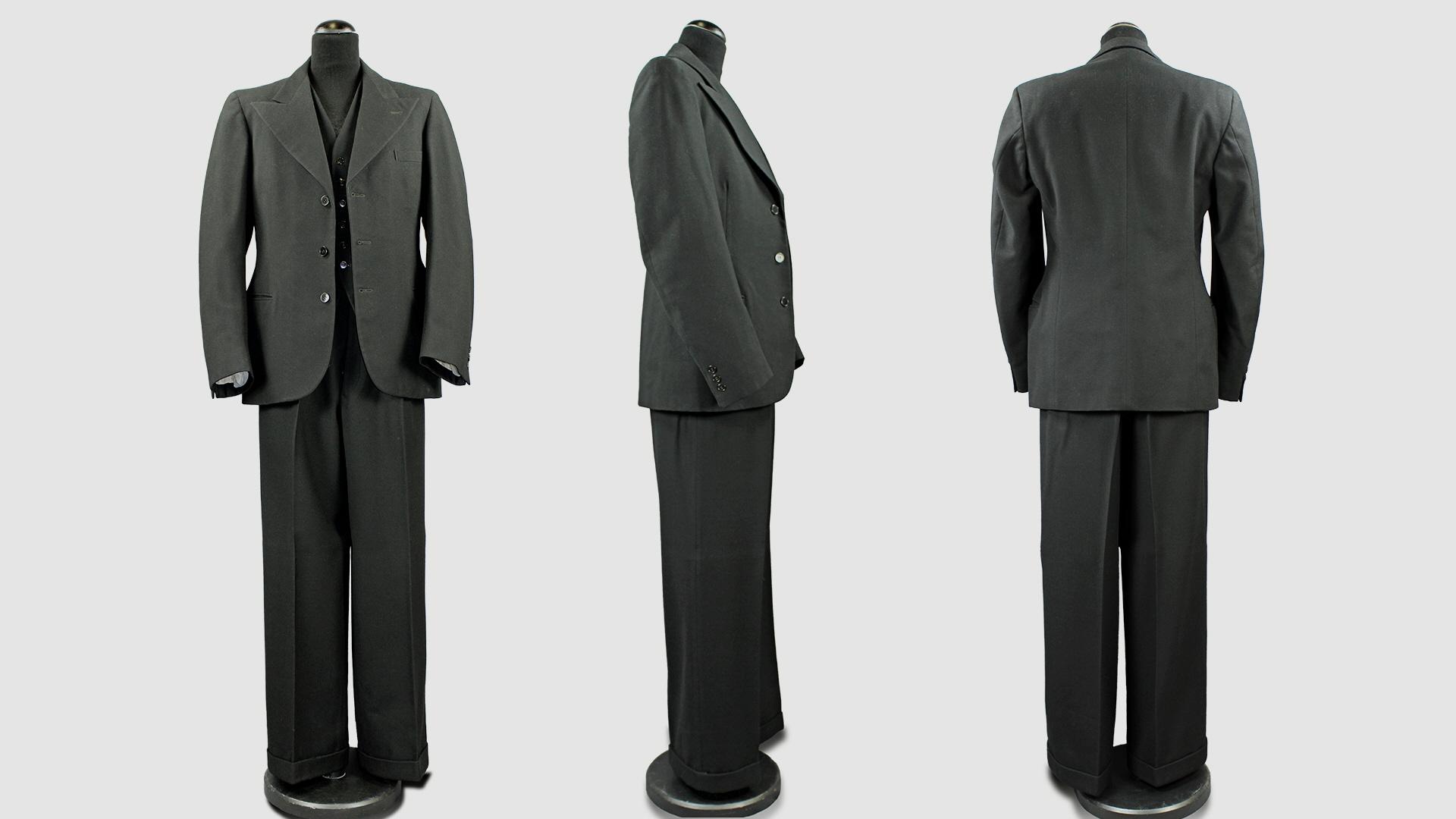 4e8156c74ae0 Tredelad kostym av svart ylletyg som har tillhört Sven Hellman. Kavaj, väst  och byxa är av samma material. Daterad till 1930-talet.