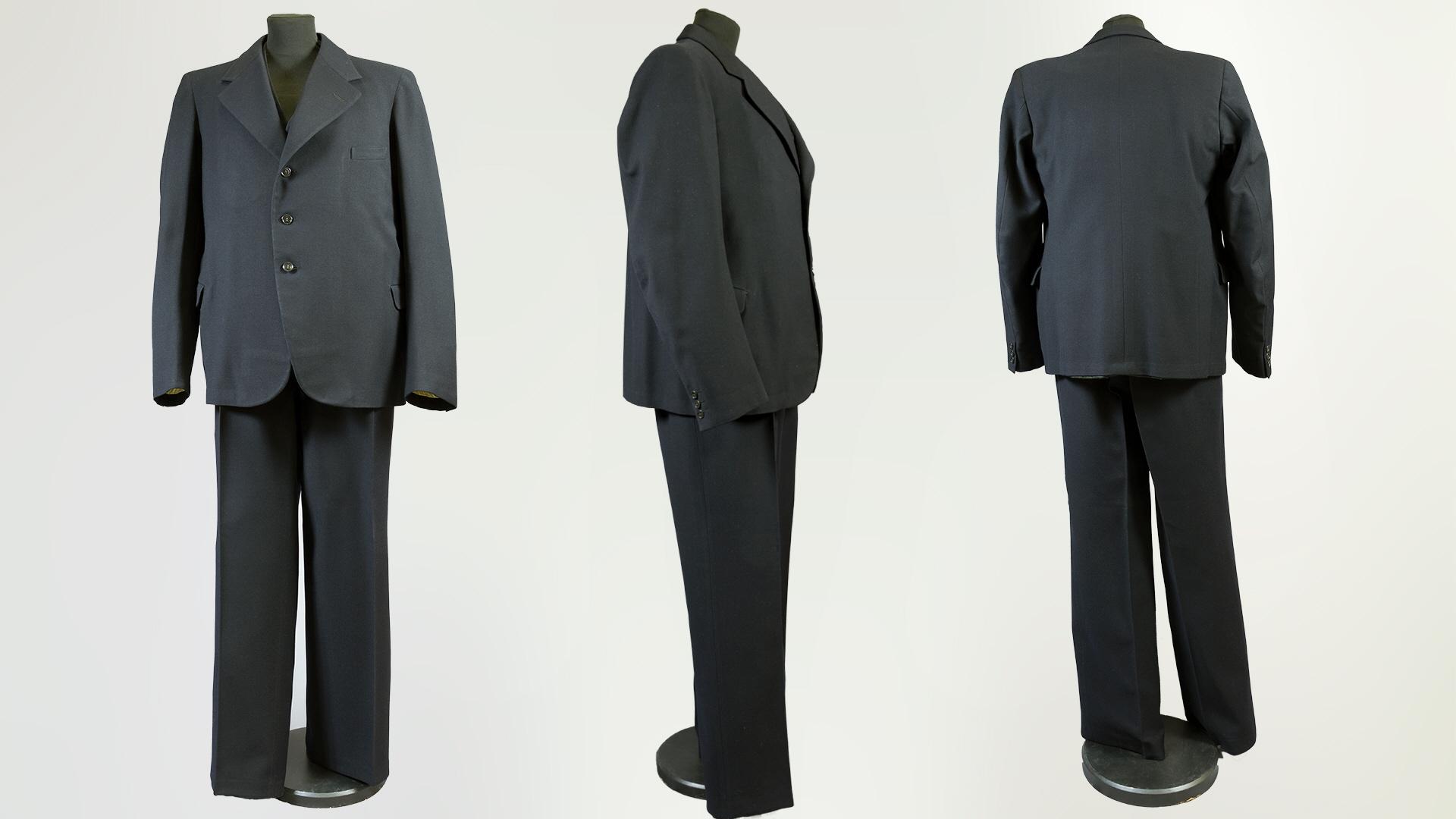56287806f01d Tredelad kostym av marinblått ylletyg, så kallat cheviottyg, som har  tillhört Paul Larsson. Kavajen har extra vaddering från axeln ner mot  ärmhålets ...